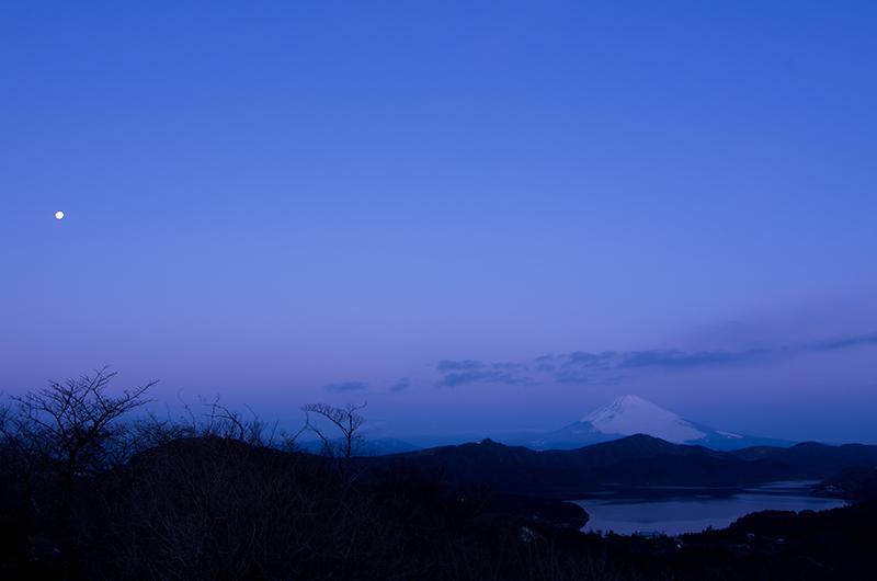 月夜に浮かぶ富士山