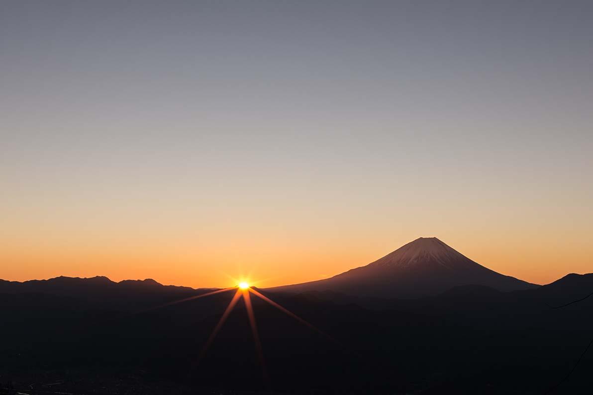 昇りくる朝陽を