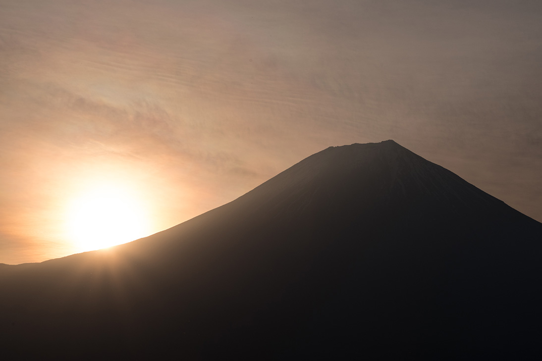 日の出と彩雲