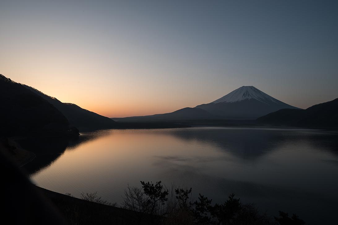 本栖湖の朝焼けを