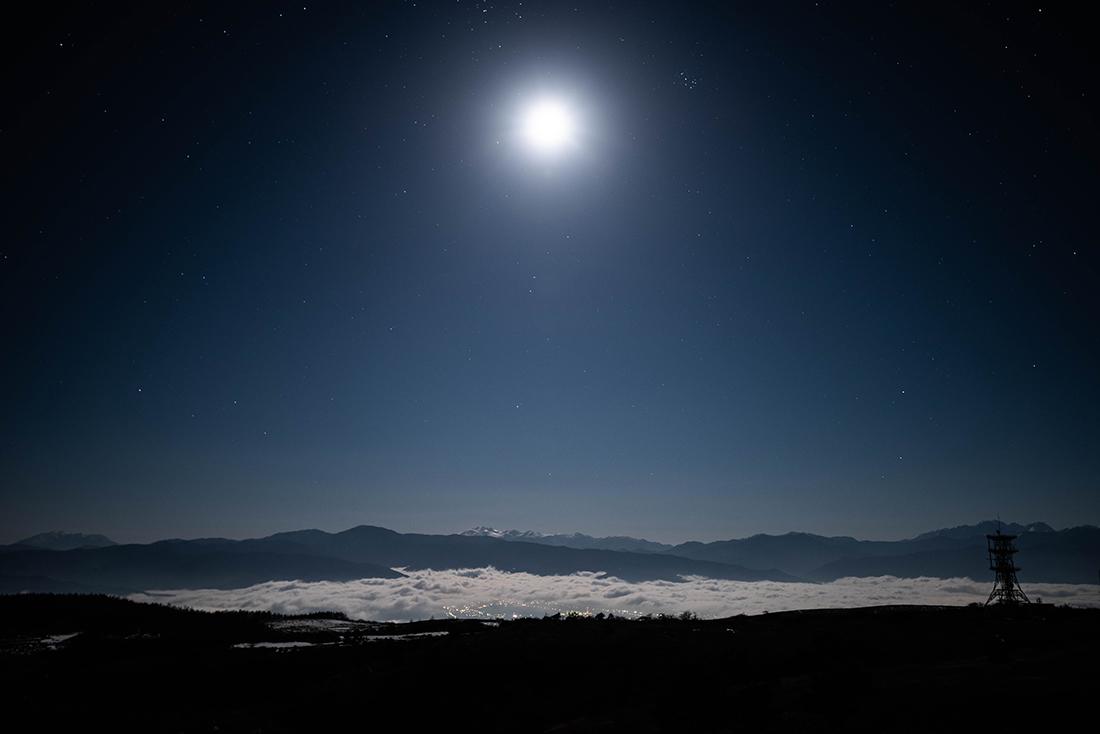 月光に広がる雲海